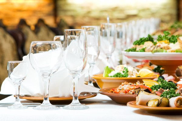 servirane čaše i hrana