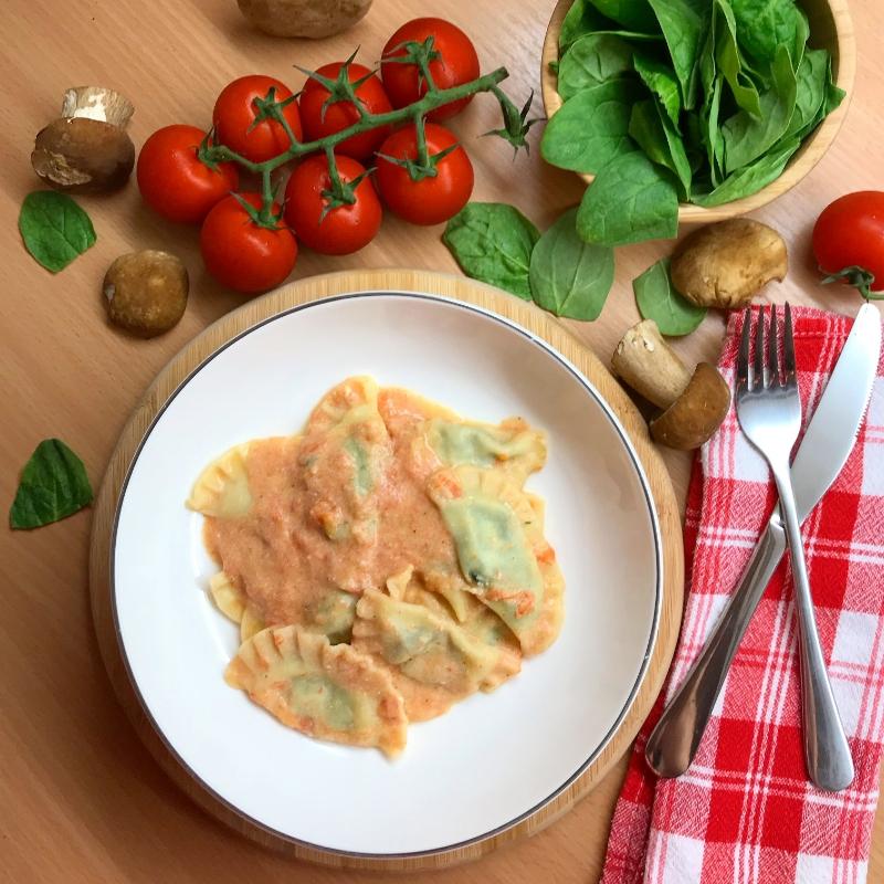 domaci ravioli punjeni spinatom i umakom od rajcice i ricotta sirom