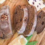 kruh od pira s grozdicama i orasima