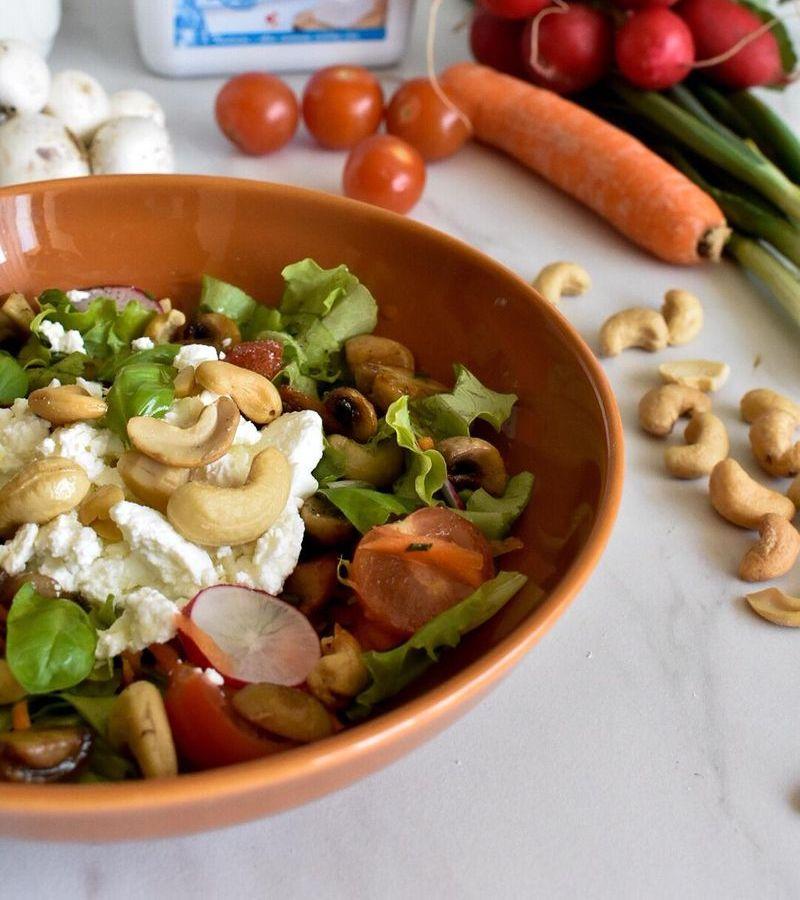 proljetna salata s indijskim orascicima i svjezim sirom