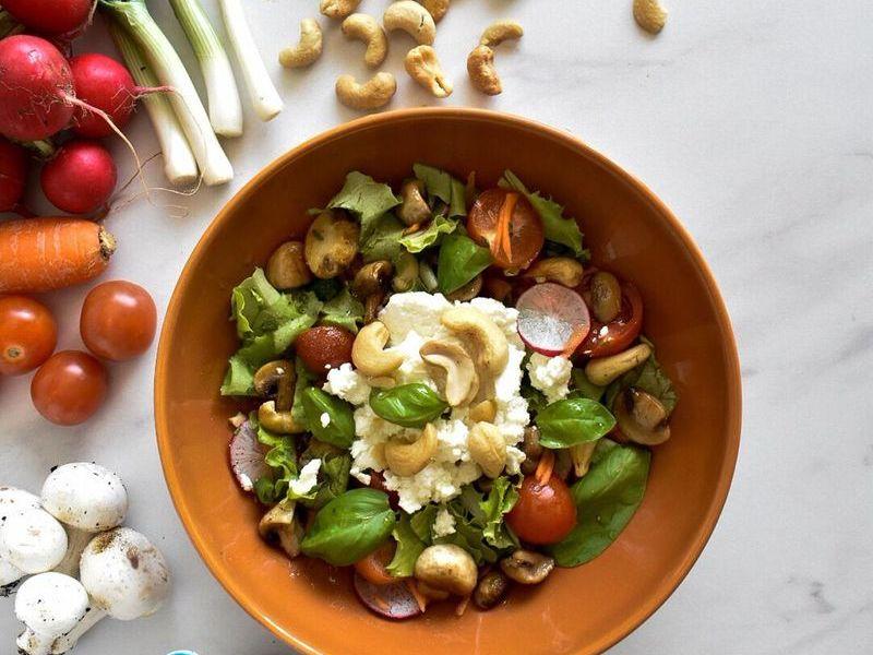 proljetna salata sa svjezim sirom i indijskim orascicima
