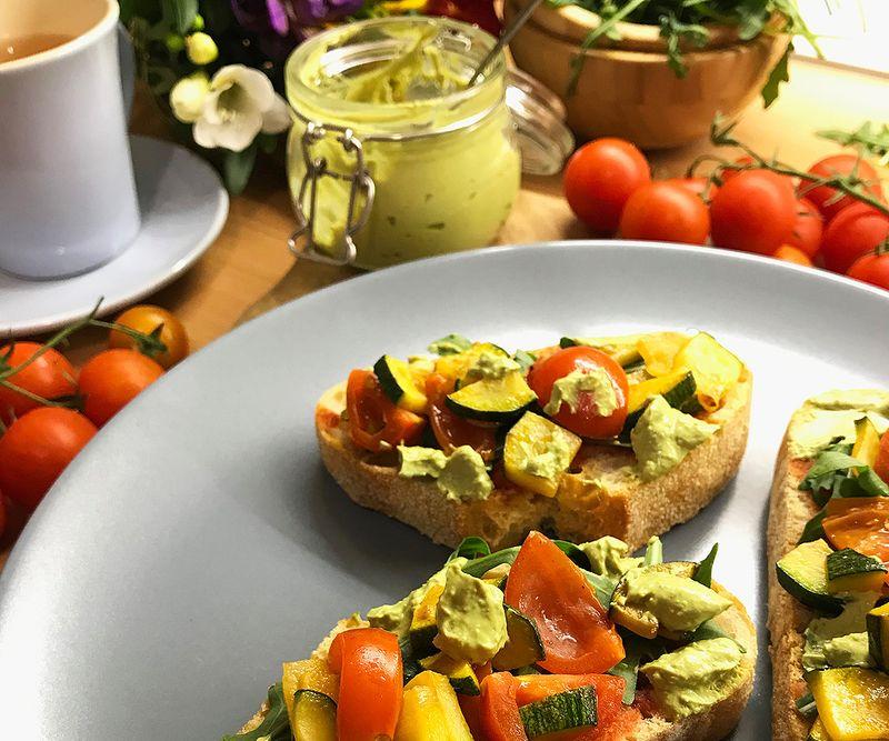 bruschette s rajčicom i tikvicama